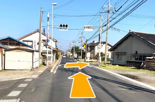 県道285号波根久手線を図のように曲がります。 久手小学校の看板が目印です。