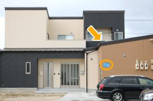 看板が見えてきます。 濃い茶色の建物が「しもがき施術院」です。